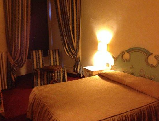 Paris Hotel : room