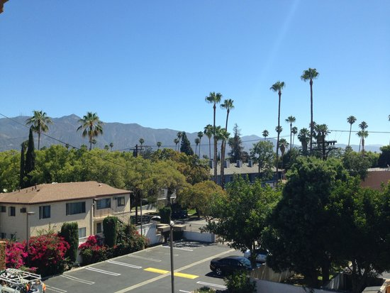 Howard Johnson Pasadena: Angeles mountains on one side of Hotel