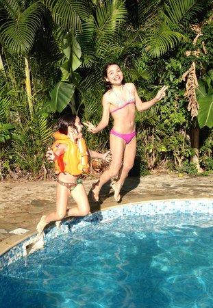 Telhado Verde by HTL: As meninas na piscina da pousada.