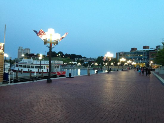 Baltimore Marriott Waterfront: Boardwalk at dusk