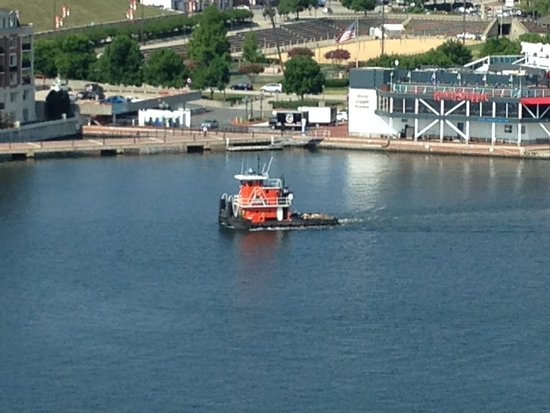 Baltimore Marriott Waterfront: Lone Tug in the harbor