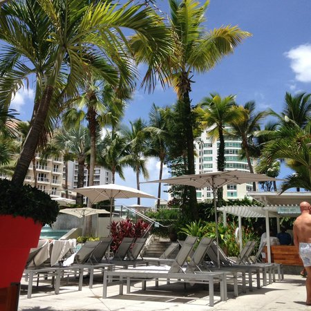 La Concha Resort: A Renaissance Hotel: Where we had lunch on our first day, poolside.