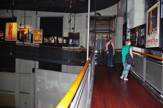 Museo Nazionale del Cinema: Corridoio che percorre in senso Spirale l'interno della Mole con le locandine dei Film