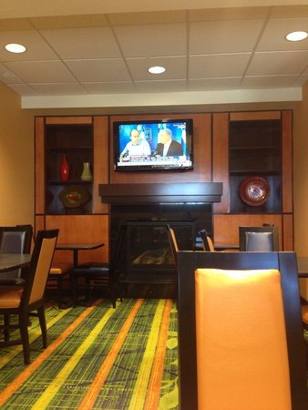Fairfield Inn & Suites Redding : Breakfast Lounge