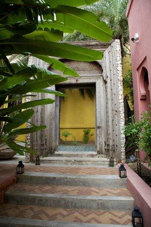 Villa Maroc: Walkway.