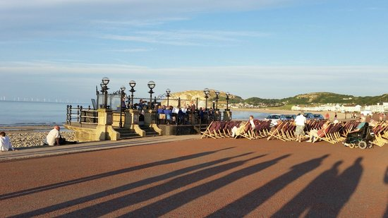 Bay Marine Hotel: Evening entertaining at the Bandstand