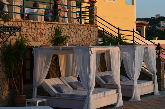Delfino Blu Boutique Hotel: day beds at the pool