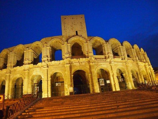 Amphitheatre (les Arenes): Vista nocturna