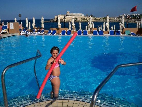 Marina Hotel Corinthia Beach Resort: piscina