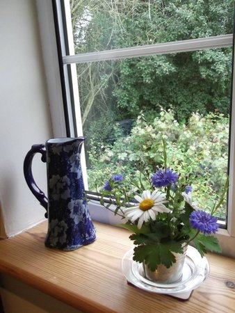 Ilketshall St Lawrence, UK: fresh flowers from the garden, nice touch