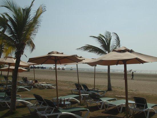 Holiday Inn Cartagena Morros: Hotel and public Beach