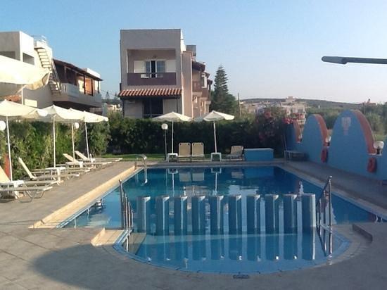 Studios Katsikoulakis: zwembad bij huize Katsikoulakis
