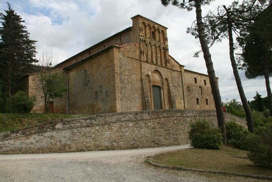 Gambassi Terme, İtalya: Pieve Santa Maria a Chianni: the church and next the restored hostel