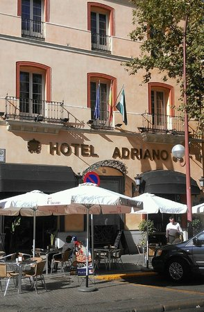 Hotel Adriano Sevilla: front of hotel with outdoor cafe