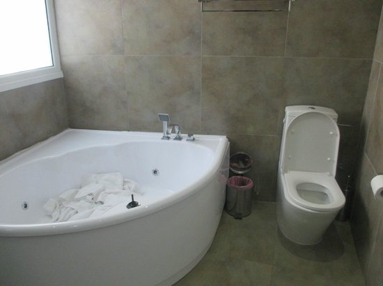 Achilleos City Hotel: Bathroom
