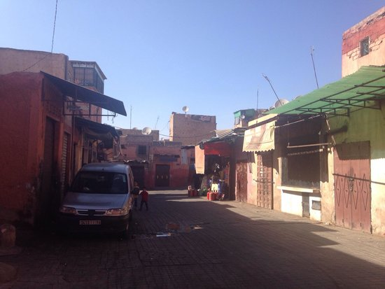 Hotel & Spa Riad Edward: Streets leading up to the riad