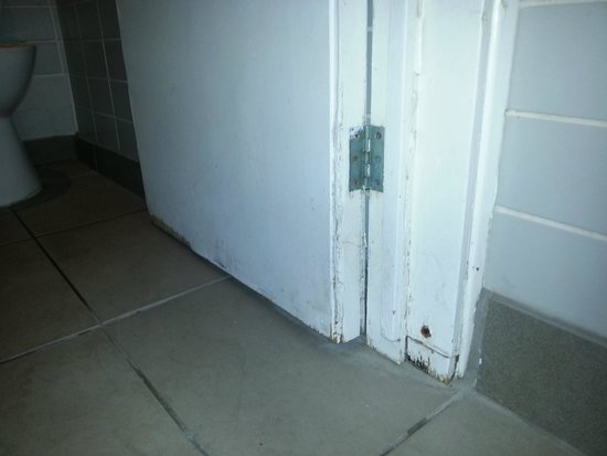 Cheltenham Park Hotel: Rotten - changing room toilet door