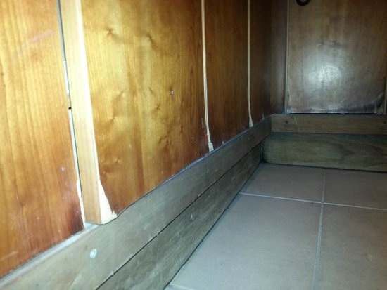 Cheltenham Park Hotel: Rotten - changing room lockers