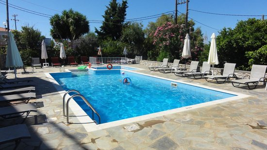 Litsa Apartments: Swimming pool on a typical day