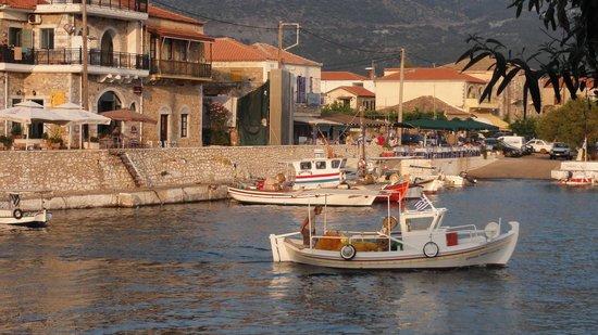 Litsa Apartments: Fishing boat leaving the harbour