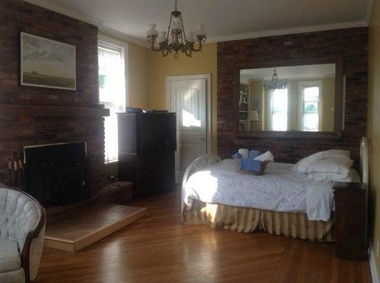 Manse Lane Bed & Breakfast: The Westview Room - ground floor with fireplace and sitting area