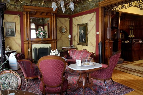 Redstone Inn & Suites: Sitting room & fireplace