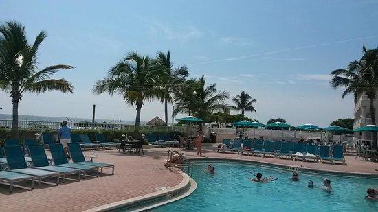 Lido Beach Resort: piscine et plage