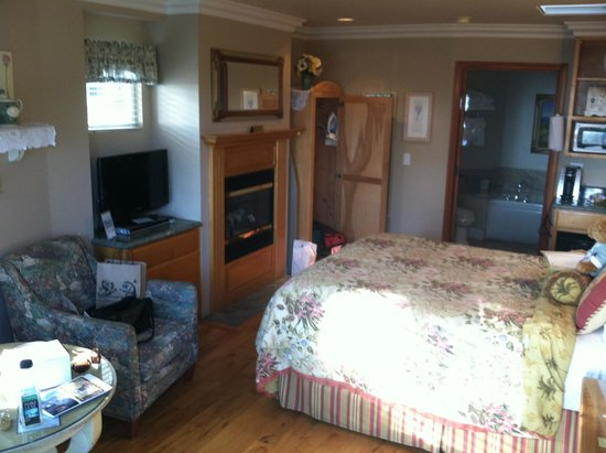 Moonstone Cottages: Nice size room! Cute little touches though out.