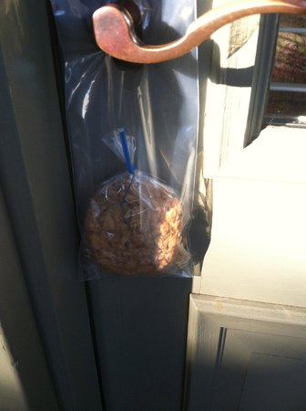 Moonstone Cottages : Cookies left on your door knob when we got back to the room.