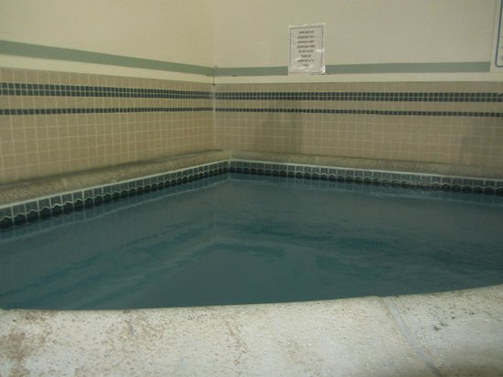 Camden Riverhouse Hotel and Inns: hot tub