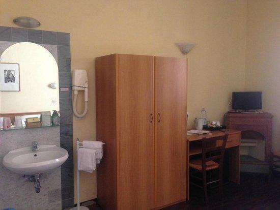 Bellevue House Bedroom (2/3)