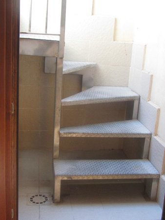 Grande  Albergo Alfeo: l'escalier mene sur le toit mais sans vue.....