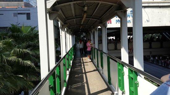 Novotel Bangkok Ploenchit Sukhumvit : BTS station bridge