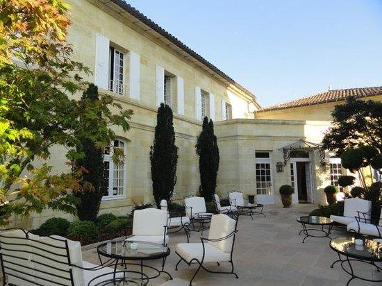 Hostellerie de Plaisance: The hotel from the terrace