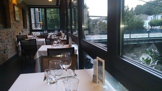 Amiel Molins : La terraza sobre el rio