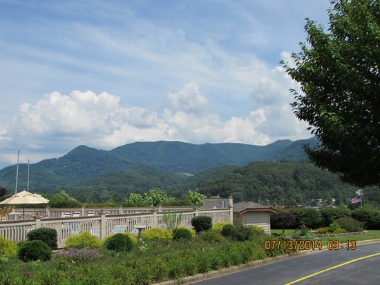 Best Western Smoky Mountain Inn: Looking towards pool