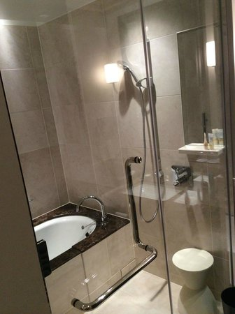 The Tokyo Station Hotel: My bathroom - standard room. Very luxurious.