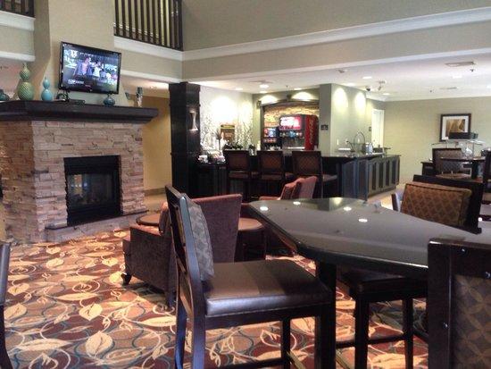 Staybridge Suites Peoria Downtown: Lobby waiting area