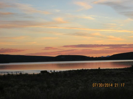 Panguitch Lake Adventure Resort: SunRISE over the lake - a few yards from the cabin
