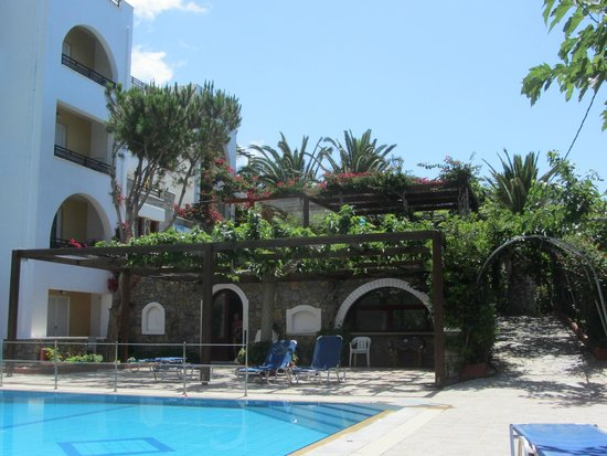 Sarikampos Beach Hotel : Pool and small view of Hotel