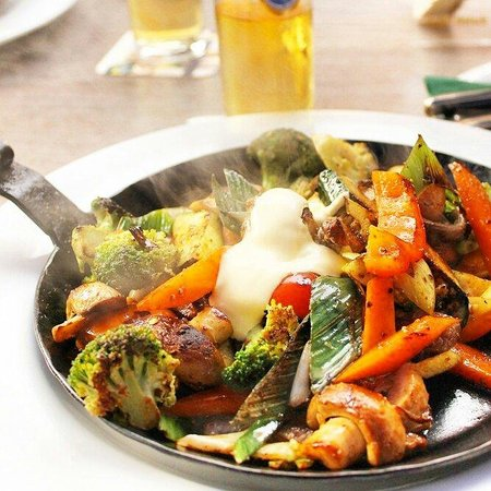 Pfeffermühle: Vegetable pan with meat and souce bernaise