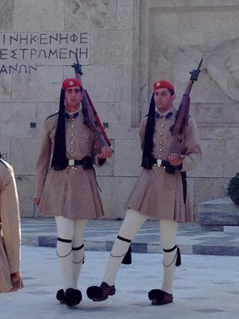 Athens Walking Tours : Parliment building, changing of the guard