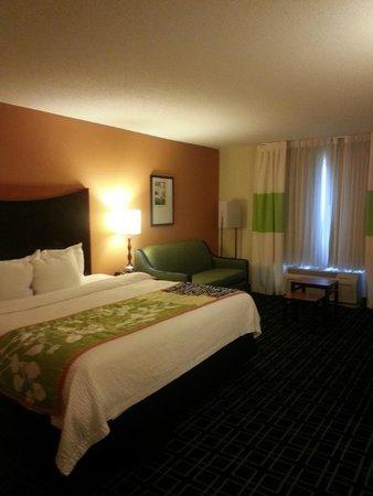 Fairfield Inn & Suites Birmingham Pelham/I-65: View from hallway between bath and beds