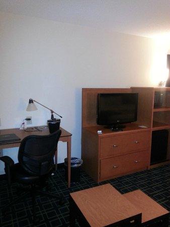 Fairfield Inn & Suites Birmingham Pelham/I-65: View of desk, tv area