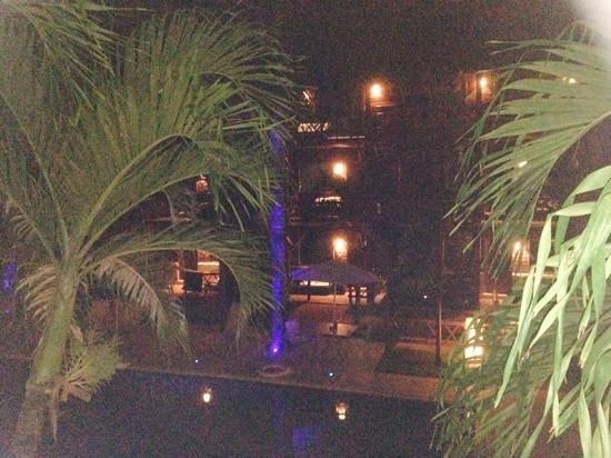 Magic Blue Hotel : foto a noite dos jardins ficou tremida