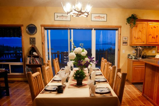 Outlook Inn Bed and Breakfast : Enjoy all natural foods, good company and unparalleled lake views.