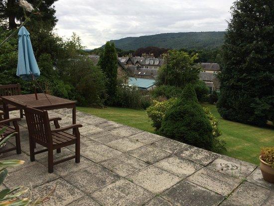 Tigh Na Cloich Hotel: Seating area in the garden