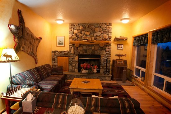 Outlook Inn Bed and Breakfast : Enjoy the river rock fireplace following a day on the slopes!