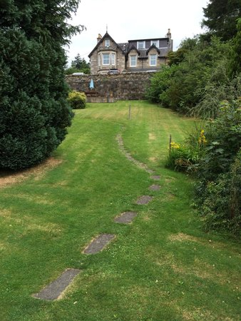 Tigh Na Cloich Hotel: Path down the private garden from the hotel to the main road through Pitlochry