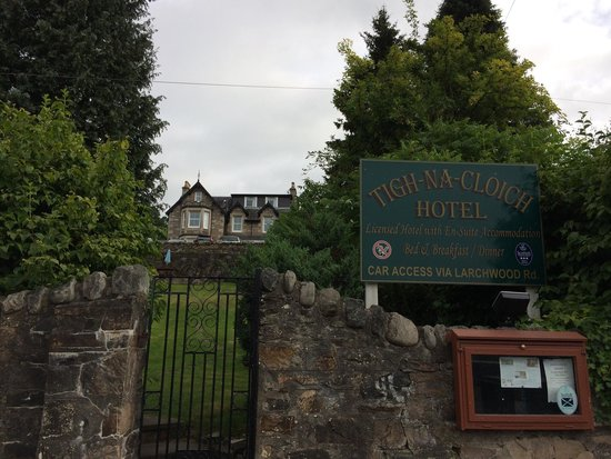 Tigh Na Cloich Hotel: View of the hotel from the road below